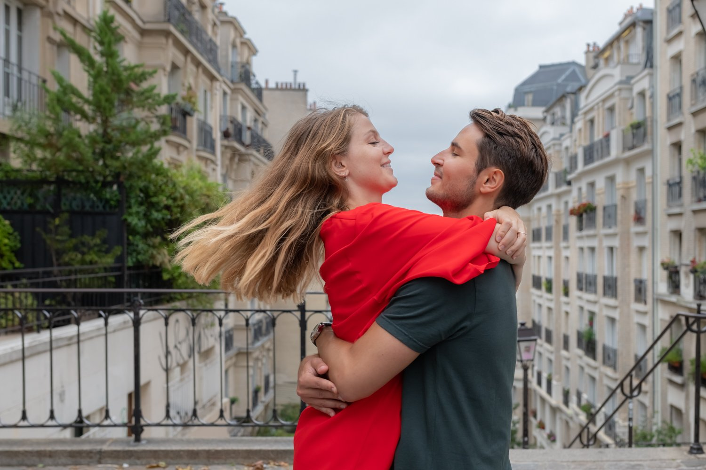 couple paris montmartre